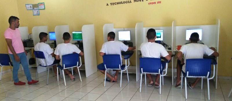 Adolescentes participam da aula de informática